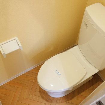 トイレの壁は黄色!こちらの床もヘリンボーン♩