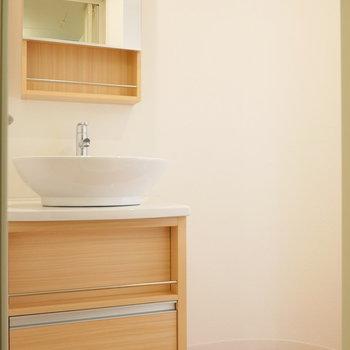 デザイン性の高い洗面台と丸い壁が愛しい。。