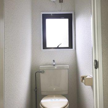 トイレの小窓が爽やか〜 ※写真は通電前のものです・一部フラッシュを使用して撮影しています