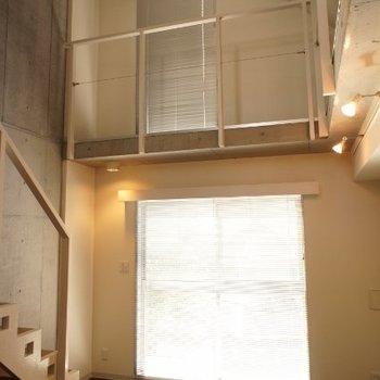 さわやかな光。風通しも良し。※写真は2階の同間取り別部屋のものです