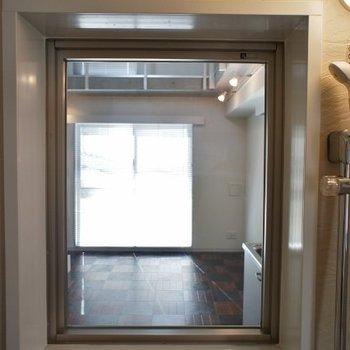 お風呂から見たお部屋※写真は2階の同間取り別部屋のものです