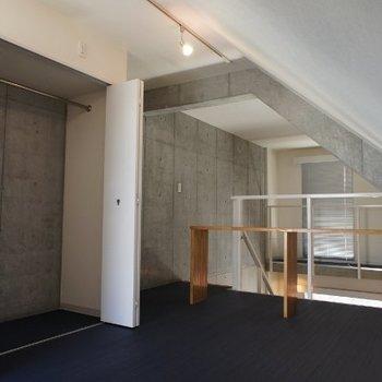 いわゆるクローゼットは上階※写真は2階の同間取り別部屋のものです