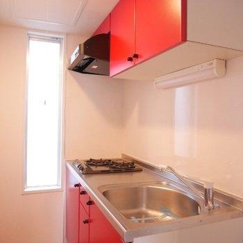 赤いキッチン素敵※写真は3階の同間取り別部屋のものです