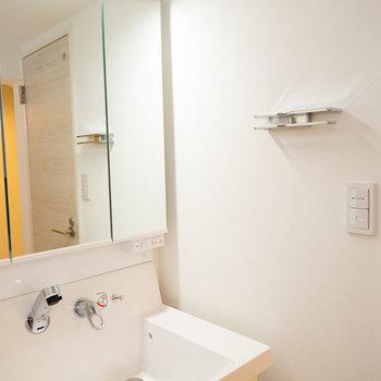 タオル掛けの上にちょっとした小物が置けるようになっていたり。細かいポイントが嬉しいですね。※画像は同タイプ反転間取りの別部屋です
