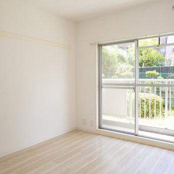 6畳の洋室、こちらも明るいです