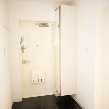 玄関、シューズボックスに鏡がついているの、いいですね!※画像は同タイプ反転間取りの別部屋です