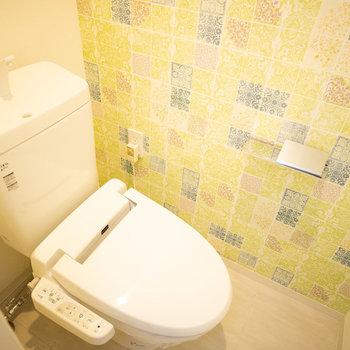 トイレの壁紙はポップで元気な雰囲気!ウォシュレットもついてますね※画像は同タイプ反転間取りの別部屋です