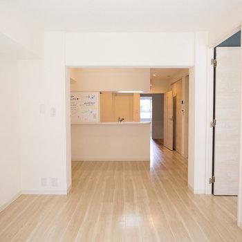 LDKはカウンターキッチン!シンプルな内装です※画像は同タイプ反転間取りの別部屋です