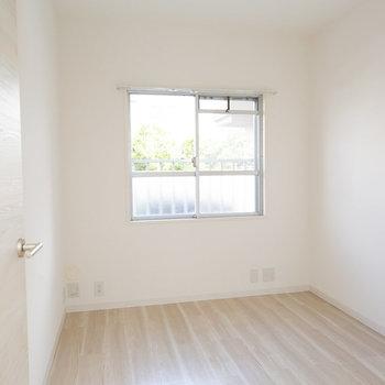 玄関側にお部屋がもうひとつ。こちらも明るいお部屋ですね※画像は同タイプ反転間取りの別部屋です