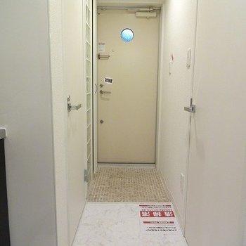 玄関にはタイルが敷かれています。※写真は同じ間取りの105号室のものです