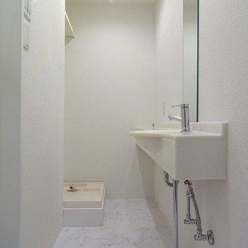 真っ白な独立洗面台※写真は同じ間取りの105号室のものです