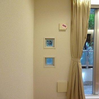 バルコニー側にも小窓があります。※写真は同じ間取りの105号室のものです