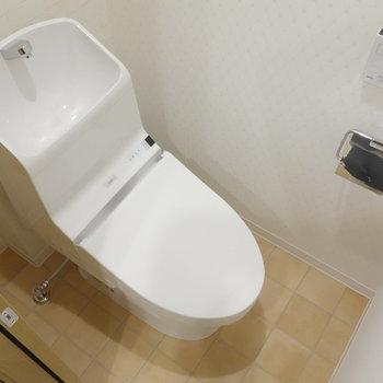 トイレは個室。ウォシュレット付!※写真は1階の同間取り別部屋のものです
