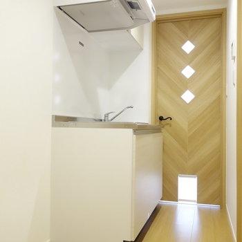 冷蔵庫もしっかり置けるキッチンです。※写真は1階の同間取り別部屋のものです