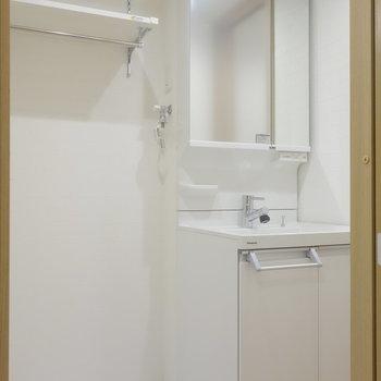 脱衣所に独立洗面台と、洗濯機置場。※写真は1階の同間取り別部屋のものです