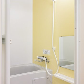 お風呂もイエロー。※写真は1階の同間取り別部屋のものです