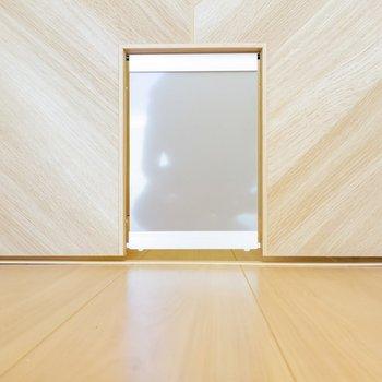 キッチンとのドアに。嬉しいなあ。※写真は1階の同間取り別部屋のものです