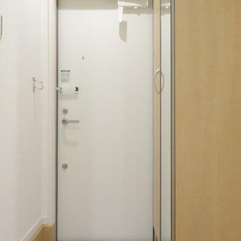 玄関の靴箱の扉は姿見にもなっています。※写真は1階の同間取り別部屋のものです