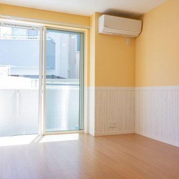 愛猫も喜ぶ柑橘カラーのお部屋。※写真は1階の同間取り別部屋のものです