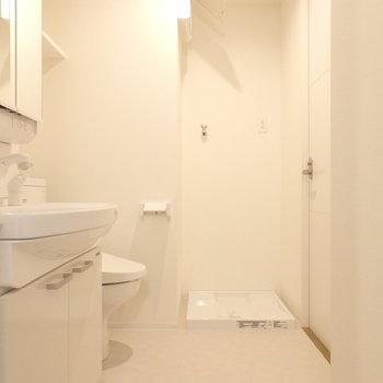 脱衣所も清潔感があります。※同じ間取りの別部屋