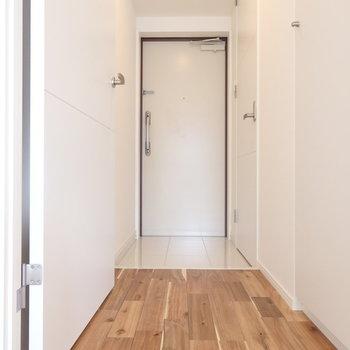 土間は白く、玄関までもが明るい!※同じ間取りの別部屋