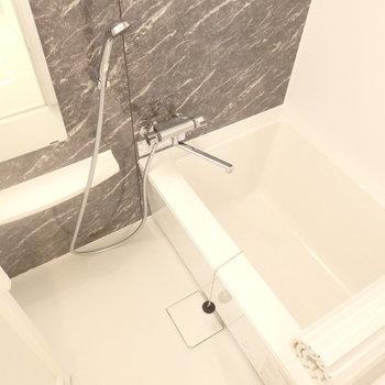 お風呂はモダンな感じがステキ※同じ間取りの別部屋