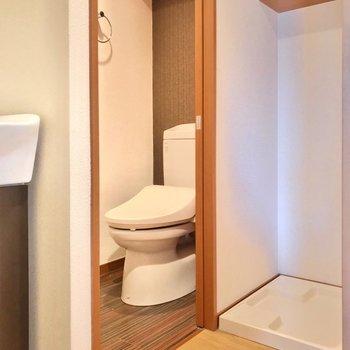 お風呂の反対側には、洗濯機置場とトイレ。