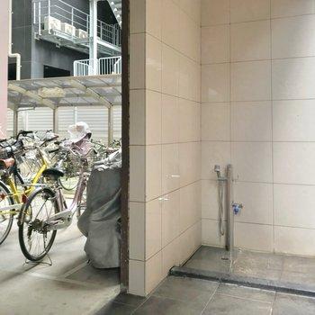 駐輪場の前にペットの足洗い場も。