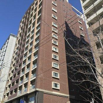 那珂川沿いのどっしりした建物。1階には飲食店がいくつか入っていました。