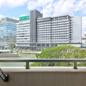 目の前は那珂川。アクロス福岡が見えます。