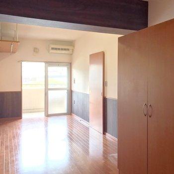 洋室は8.6帖。家具は左側に寄せるのがいいかな。