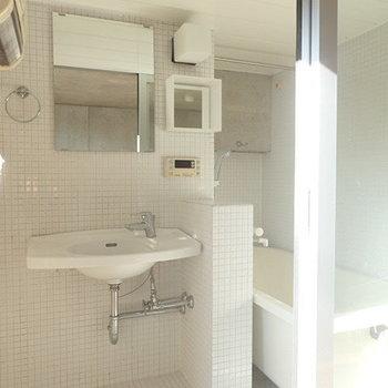 ちょっと海外っぽい!お風呂と洗面台は同じスペースに。