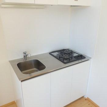 コンパクトなキッチン※写真は4階の同間取り別部屋のものです