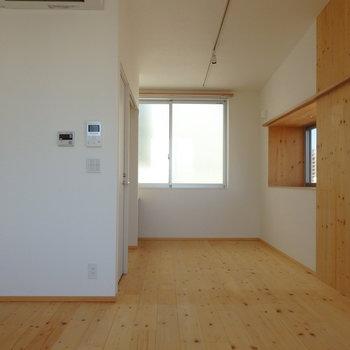 無垢の床が気持ちい〜!!※写真は4階の同間取り別部屋のものです