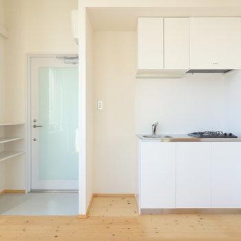 キッチン、横には冷蔵庫が置けます※写真は4階の同間取り別部屋のものです