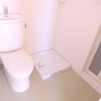 トイレの横に洗濯機置き場があります※写真は4階の同間取り別部屋のものです