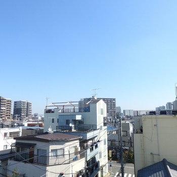窓を開けるとこの眺望、良いですね…!!※写真は4階の別部屋からの眺望です