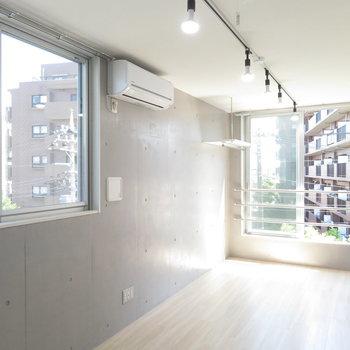 2面採光やライティングレールがイイね。※写真は4階の同間取り別部屋のものです