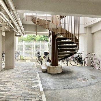自転車置き場は螺旋階段下かな?