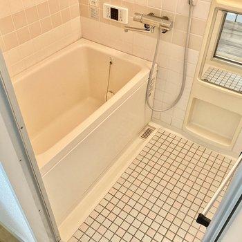 お風呂は追い炊き機能付き!少しレトロですが、しっかりサーモ水栓です。