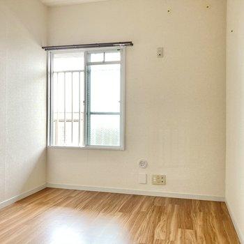 こちらは玄関横5帖の洋室。