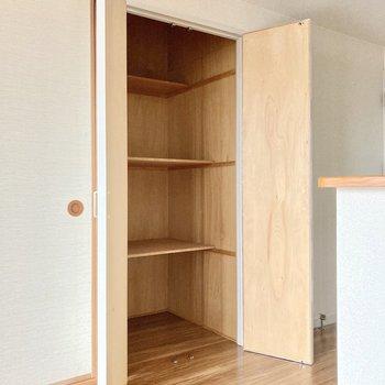 キッチン横はパントリーや普段のお掃除用具入れとして◎