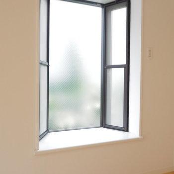 出窓には何置こう!植物とかいいかも。