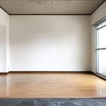 こっちはフローリングで居室スペースに。