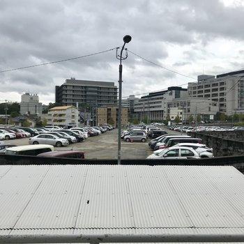 駐車場がちらり!ちょうどいい場所に屋根があって目隠しに。