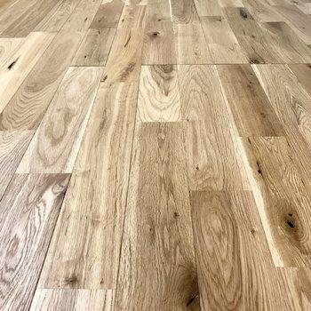 サラッとした無垢床。この質感、思わず裸足で歩きたくなりました