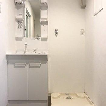 脱衣所も真っ白で清潔感ありますね