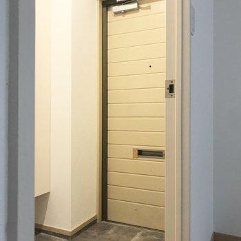 玄関扉なんだか珍しいなぁ