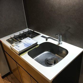 キッチンはすこし小さめ。ひとり暮らしにはじゅうぶんかも※写真は4階の反転間取り別部屋のものです
