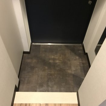玄関はコンパクト※写真は4階の反転間取り別部屋のものです